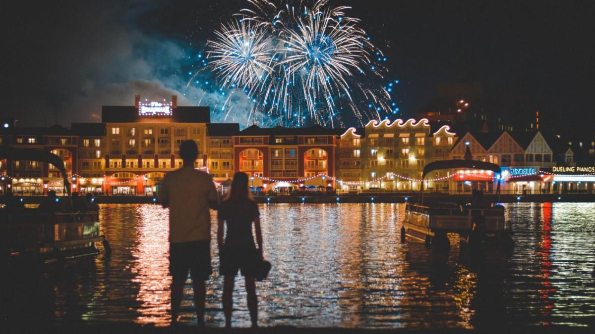 Los fuegos artificiales son universales, pero las tradiciones que lo acompañan varían.