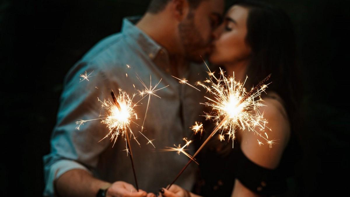 En algunos países es tradición besar a una persona para empezar el año.