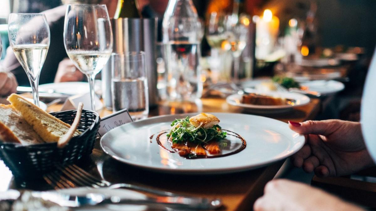 Para cenar es importante incluir proteínas, especialmente en forma de pescado.