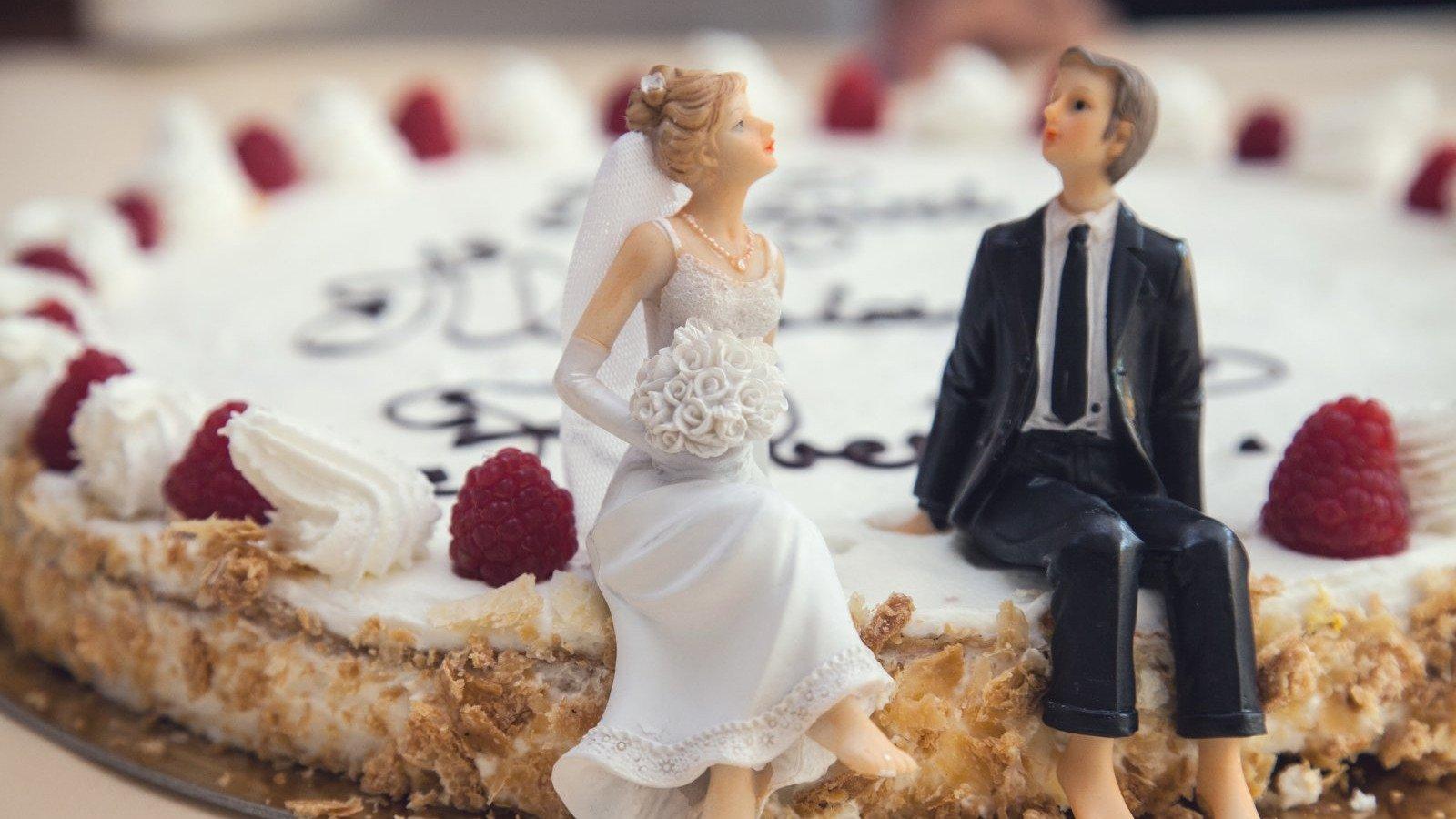 Pide una tarta pequeña y opta por pequeños postres para los invitados.