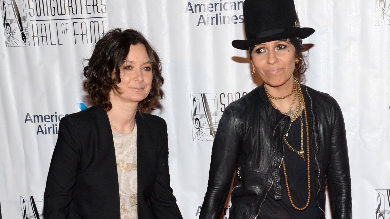 La actriz Sara Gilbert junto a su esposa, la cantante Linda Perry.