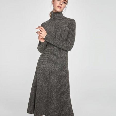Vestido canalé en color gris de Zara, rebajado a 25,99 euros