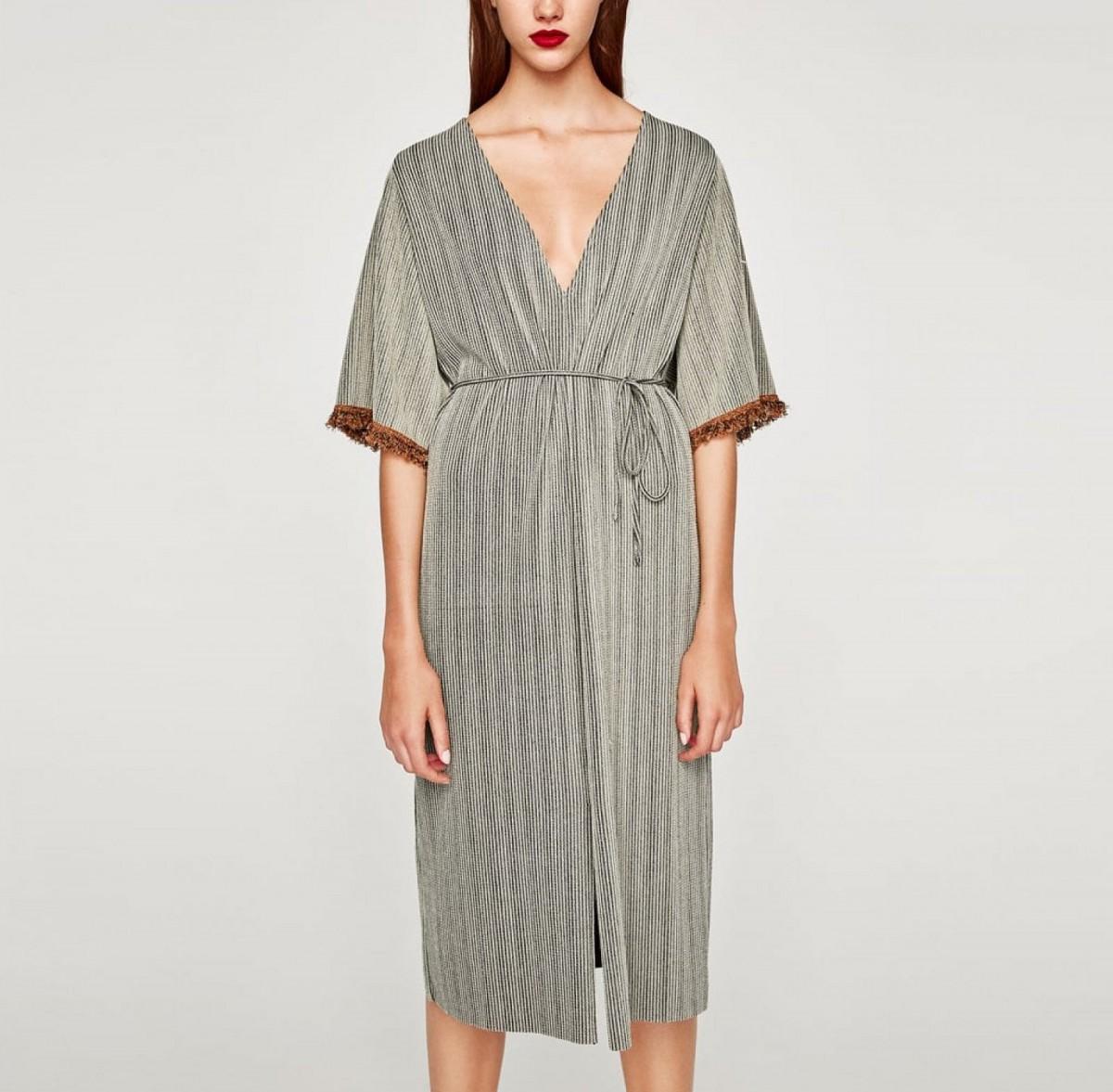 Vestido tipo túnica con detalle de flecos en las mangas de Zara, por 7,99 euros (antes 25,95 euros)