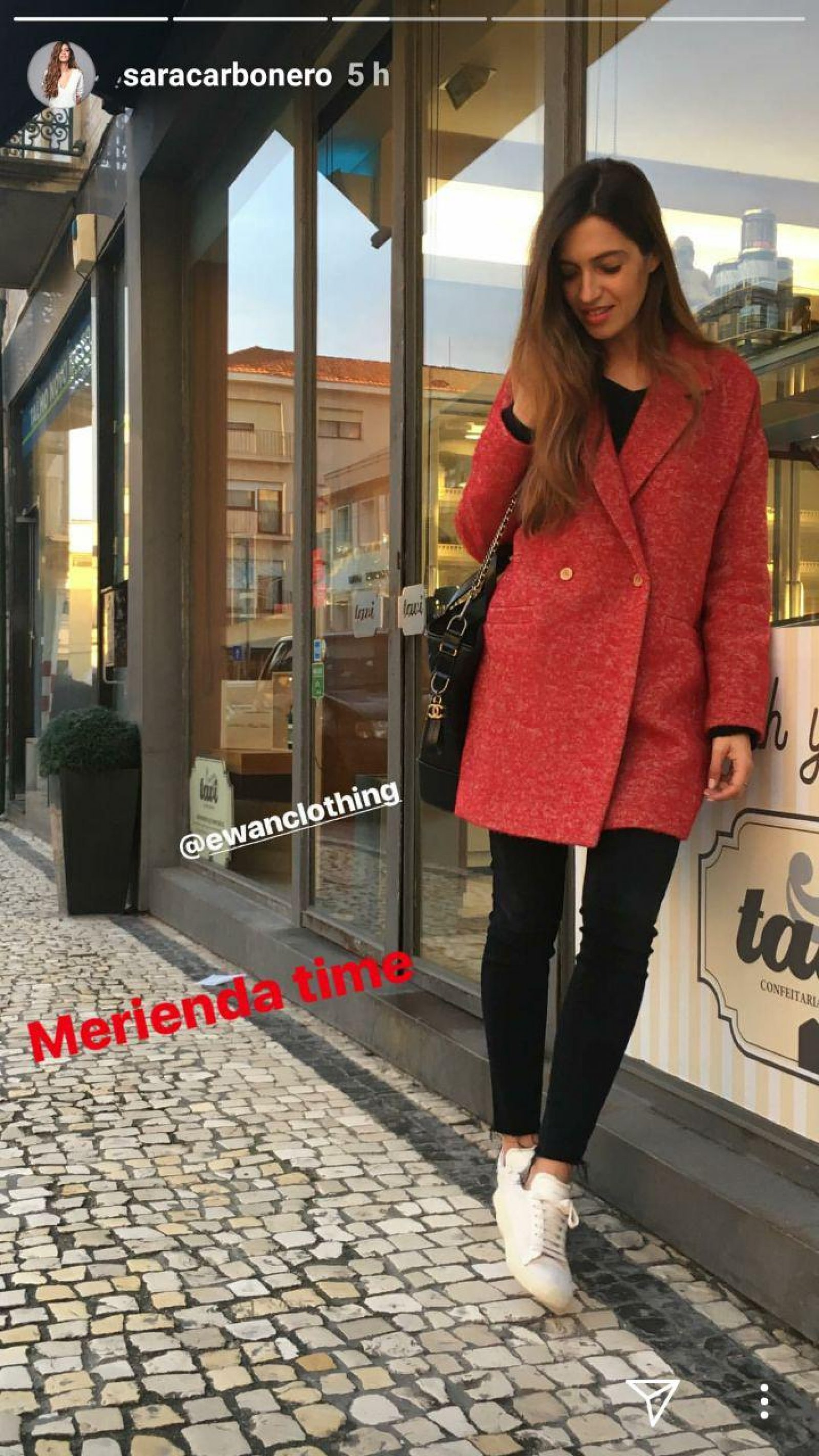 Captura de la imagen publicada por Sara Carbonero mostrando su abrigo