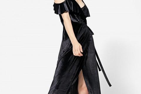 Vestido mini de velvet con tirantes de Stradivarius, por 9,99 euros (antes 25,95 euros)