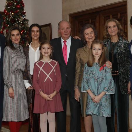 Imagen publicada por la Casa Real con los asistentes a la comida especial por el 80º cumpleaños de don Juan Carlos