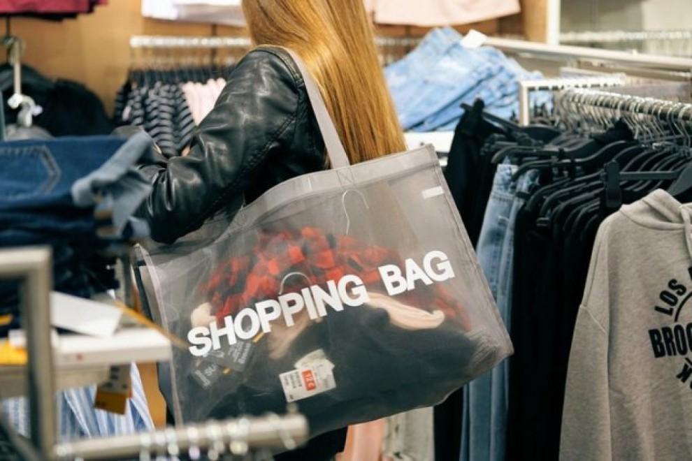 El inicio de sus segundas rebajas proporciona mayores descuentos en las tiendas de moda.