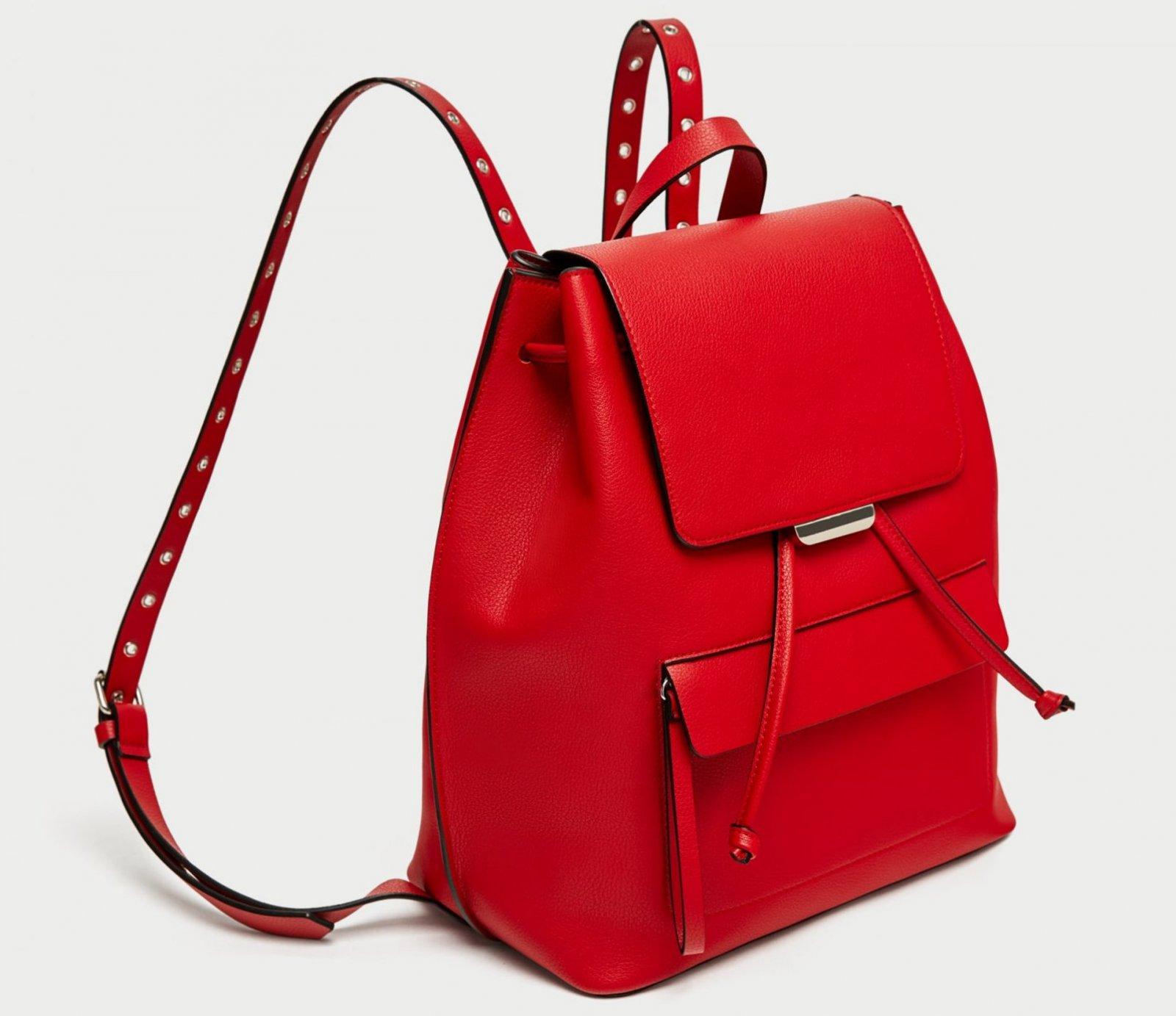 Bolso mochila ollados de color rojo de Zara, por 5,99 euros (antes 19,95)