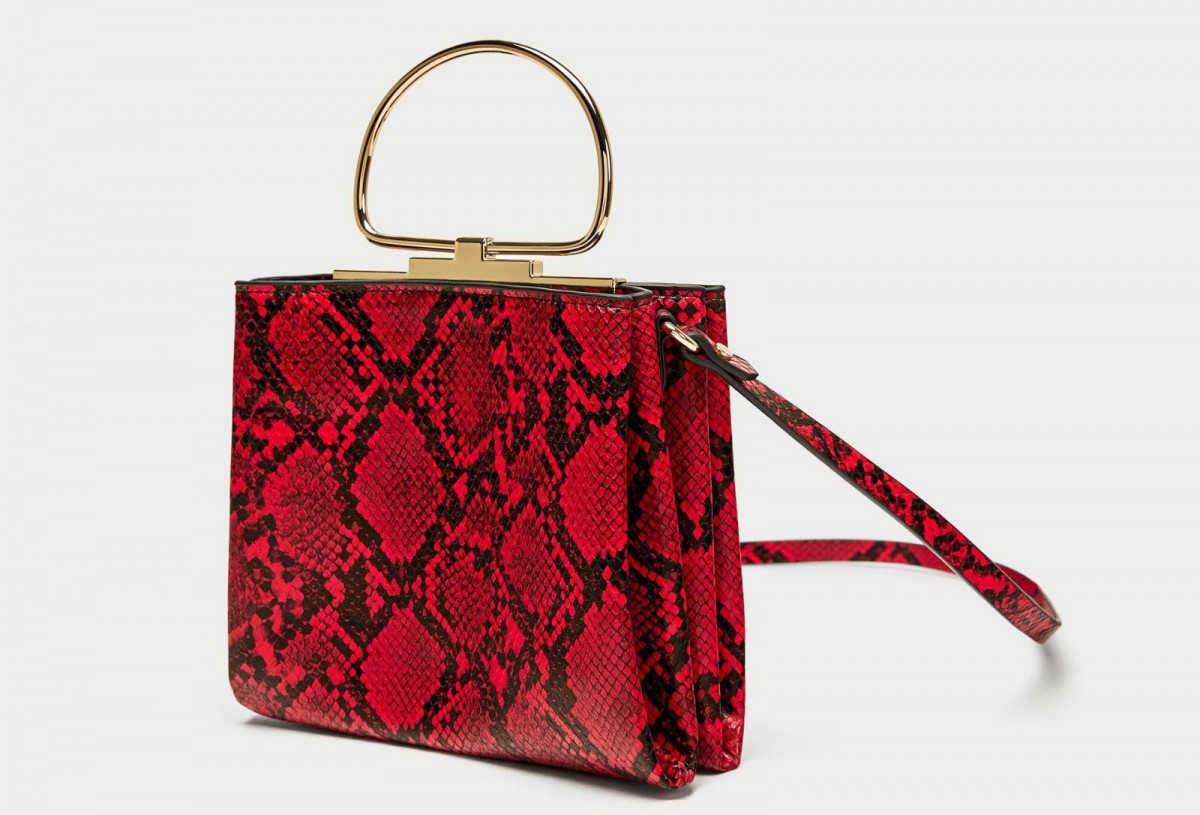 Bolso bandolera con asa metálica y estampado de Zara, por 5,99 euros (antes 19,95)