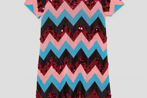 Vestido lentejuelas estampado multicolor de Zara por 15,99 euros (antes 35,95)