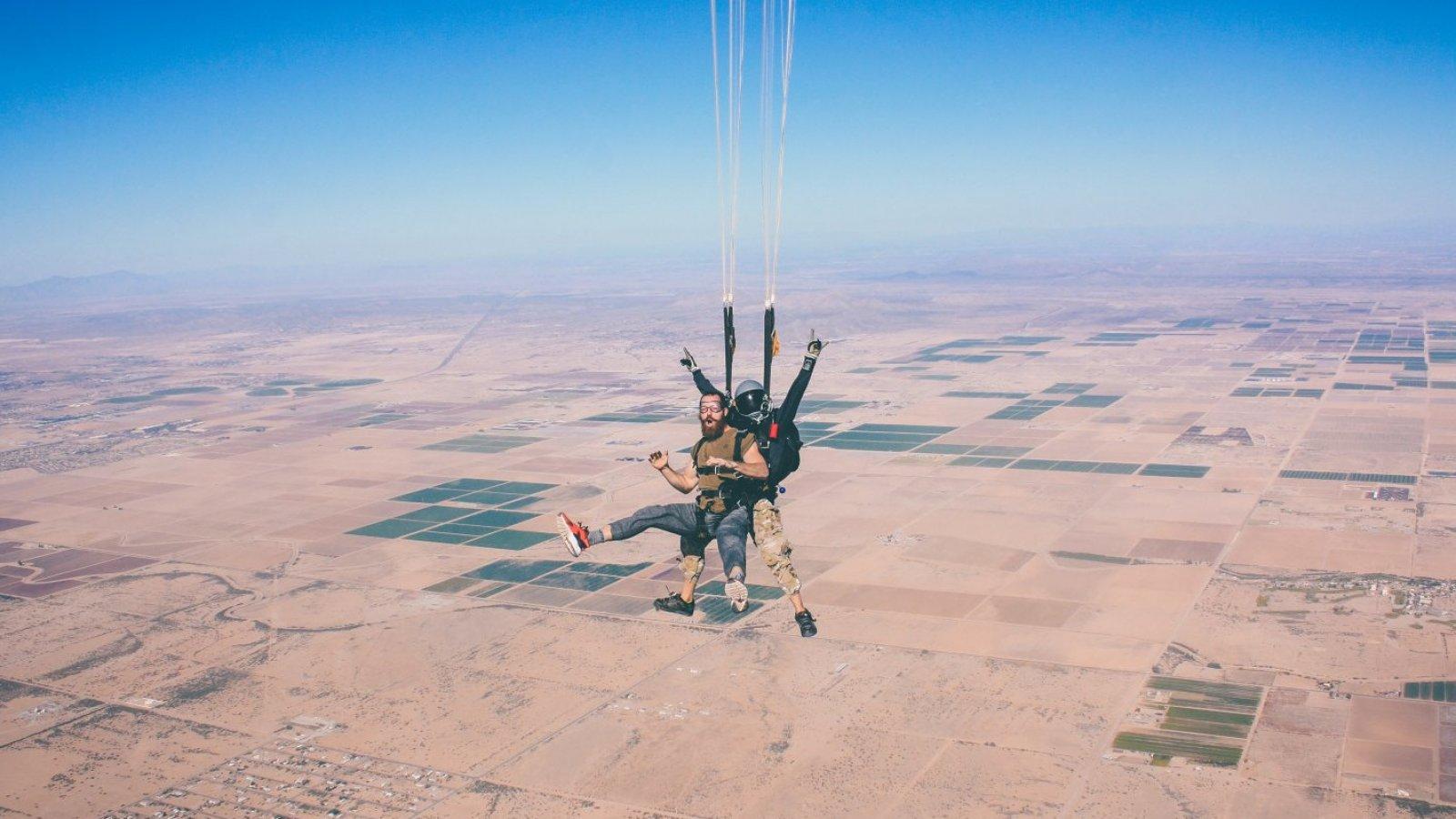 Regalar una tarde de paracaidismo es solo apto para novios atrevidos.