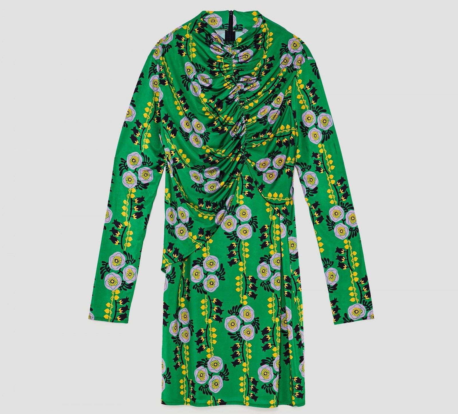 Vestido drapeado de color verde y estampado floral de Zara, por 7,99 euros (antes 25,95)