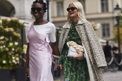Es estilismo elegido con el vestido floral de Zara en la Semana de la Moda de Estocolmo.