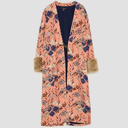 Kimono de estampado floral con detalle de pelo de Zara, por 19,99 euros (antes 59,95)